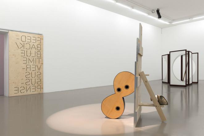 Vue de l'exposition Saâdane Afif, Blue Time, Blue Time, Blue Time..., 1er mars - 28 avril 2013, Institut d'art contemporain, Villeurbanne/Rhône-Alpes © Blaise Adilon