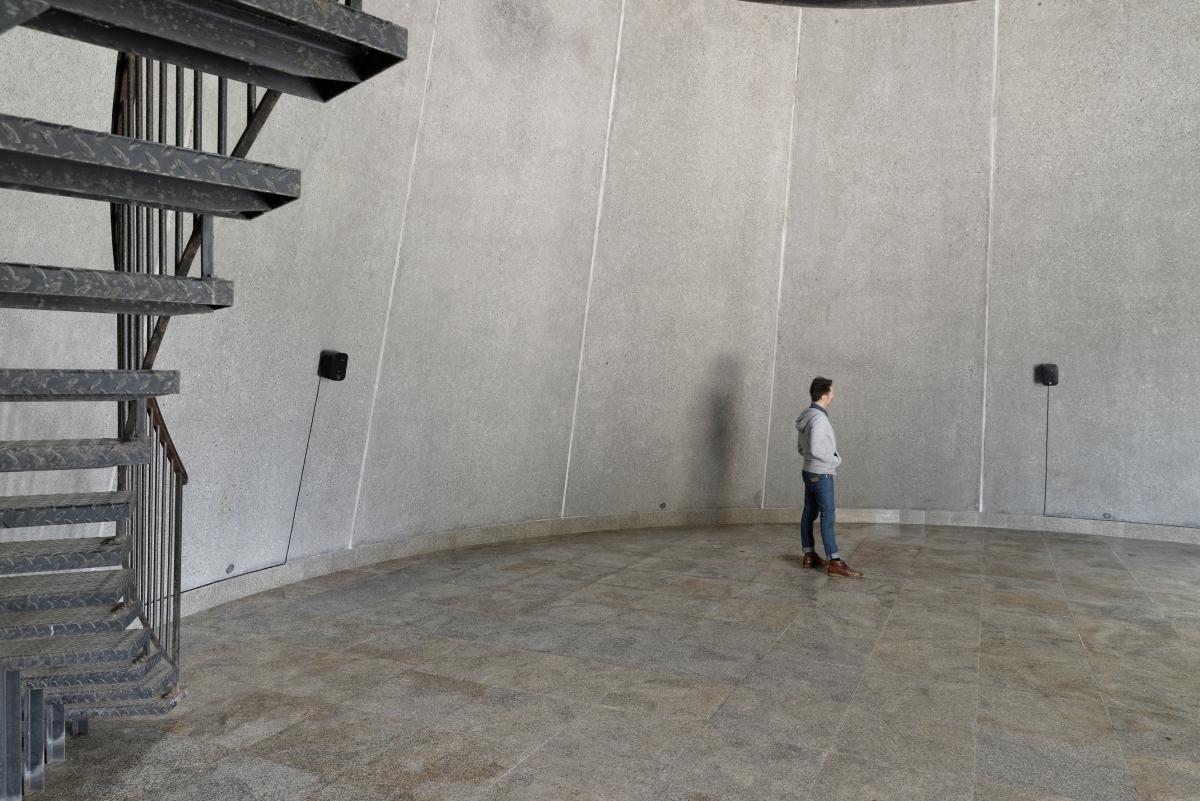 Dominique Petitgand, Les liens invisibles 2007/2013, installation sonore sur deux niveaux pour 5 haut-parleurs, Centre international d'art et du paysage de l'île de Vassivière, Beaumont du Lac, 2015 © Crédit photo : Aurélien Mole